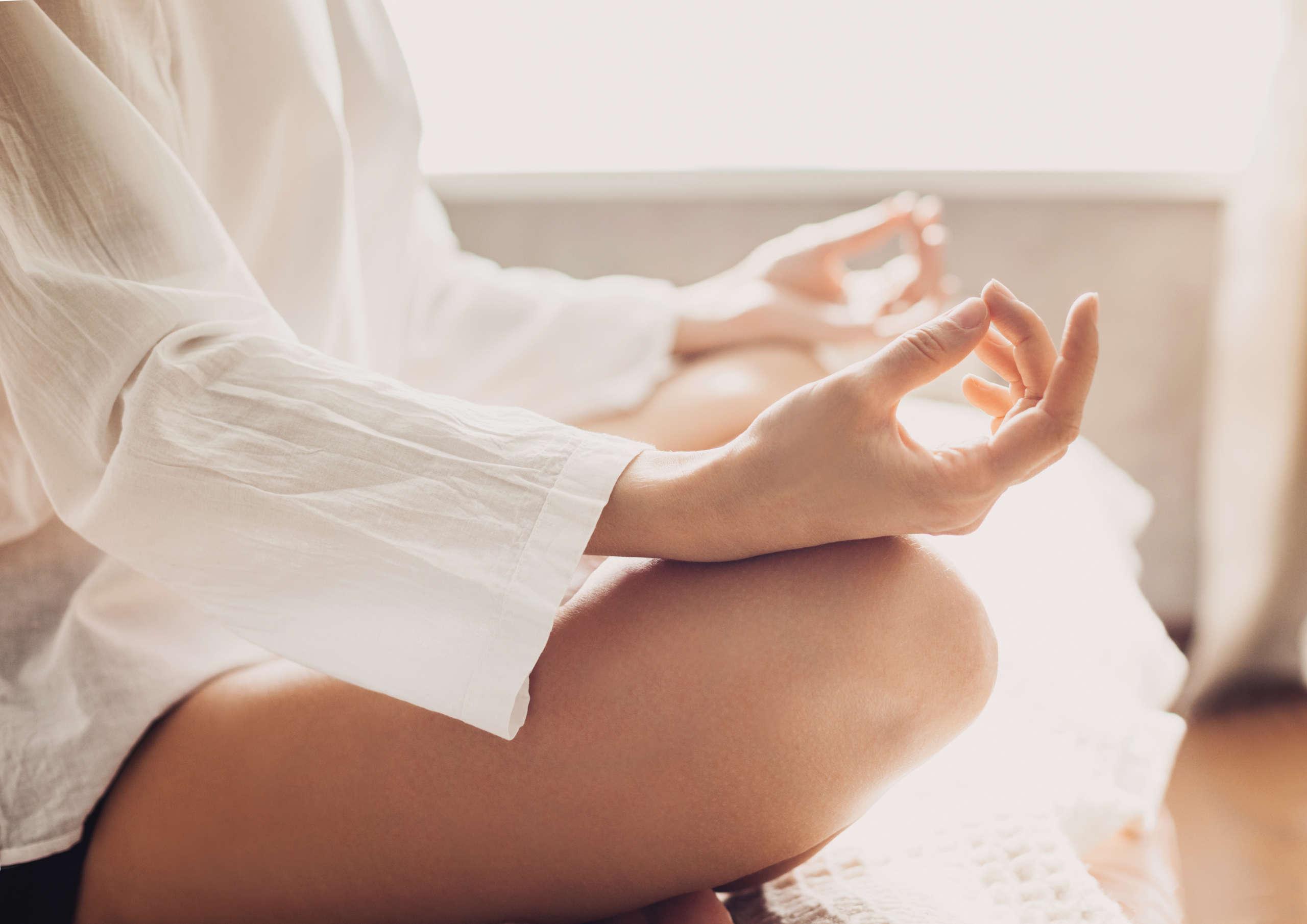Kobieta medytująca w pozycji kwiatu lotosu
